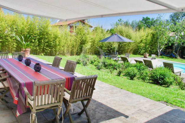 location-villa-luxe-biarritz-piscine-chauffee-calme-grand-terrain-010