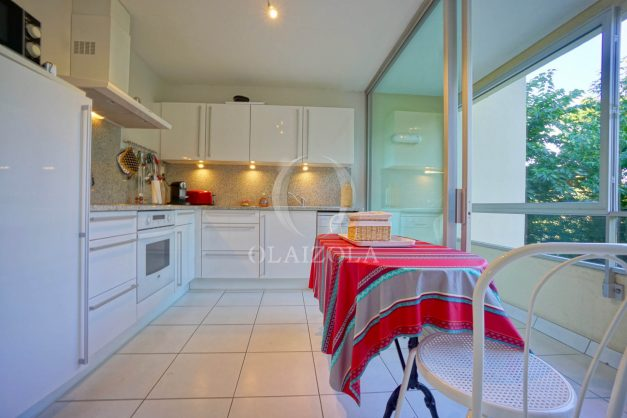 appartement-vue-mer-anglet-chambre-d-amour-location-vacances-biarritz-terrasse-parking-standing-plage-a-pied-2019-033