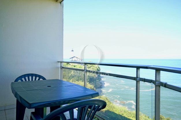 location-vacances-biarritz-vue-mer-anglet-studio-face-phare-terrasse-parking-006