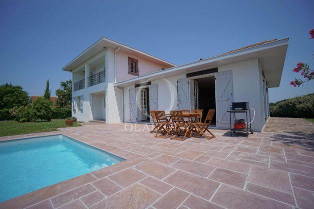 locatiion-vacances-urrugne-pays-basque-cote-plage-villa-10-personnes-tennis-piscine-jardin-003