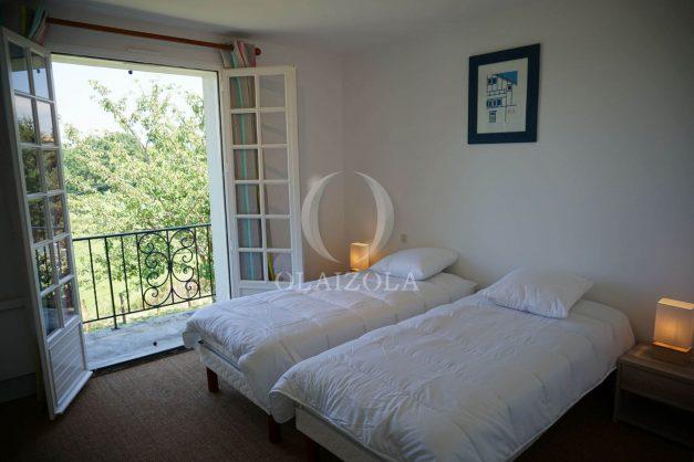 locatiion-vacances-urrugne-pays-basque-cote-plage-villa-10-personnes-tennis-piscine-jardin-039