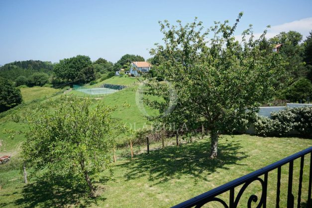 locatiion-vacances-urrugne-pays-basque-cote-plage-villa-10-personnes-tennis-piscine-jardin-040