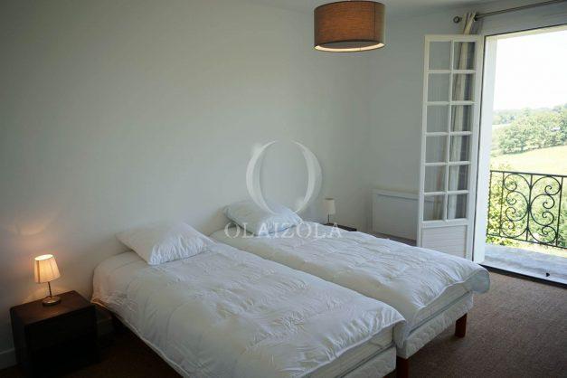 locatiion-vacances-urrugne-pays-basque-cote-plage-villa-10-personnes-tennis-piscine-jardin-042