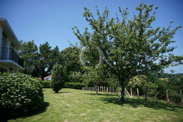 locatiion-vacances-urrugne-pays-basque-cote-plage-villa-10-personnes-tennis-piscine-jardin-048