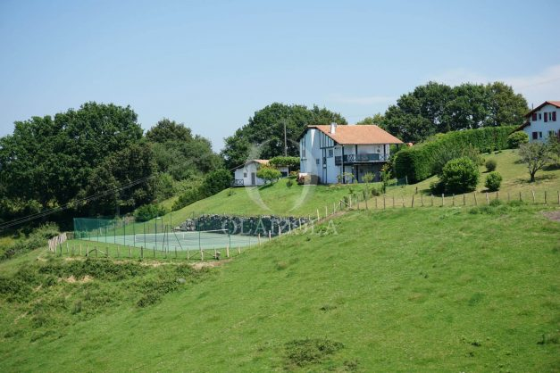 locatiion-vacances-urrugne-pays-basque-cote-plage-villa-10-personnes-tennis-piscine-jardin-050