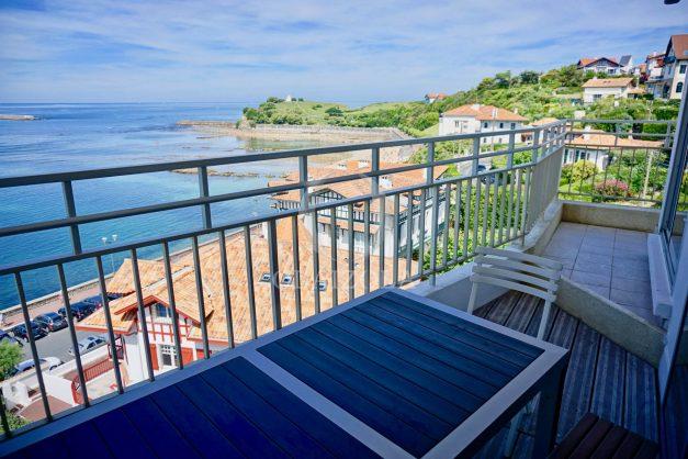 location-vacances-saint-jean-de-luz-appartement-vue-mer-sur-la-baie-sainte-barbe-terrasse-dernier-etage-parking-plage-a-pied-flot-bleu-008