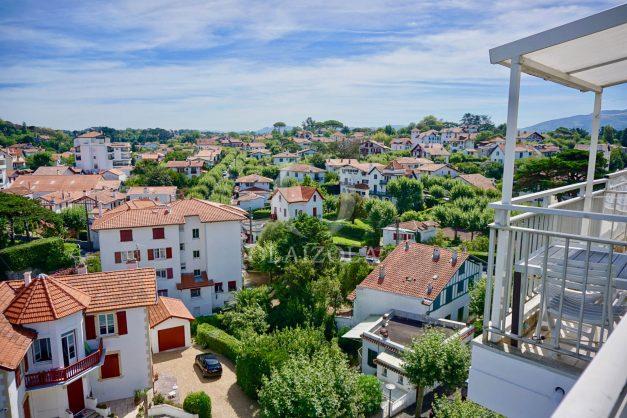 location-vacances-saint-jean-de-luz-appartement-vue-mer-sur-la-baie-sainte-barbe-terrasse-dernier-etage-parking-plage-a-pied-flot-bleu-024
