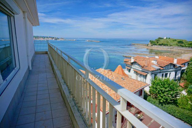 location-vacances-saint-jean-de-luz-appartement-vue-mer-sur-la-baie-sainte-barbe-terrasse-dernier-etage-parking-plage-a-pied-flot-bleu-025