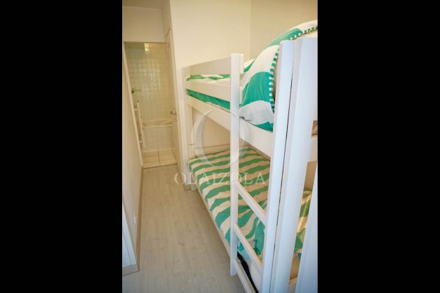 location-vacances-saint-jean-de-luz-appartement-vue-mer-sur-la-baie-sainte-barbe-terrasse-dernier-etage-parking-plage-a-pied-flot-bleu-028