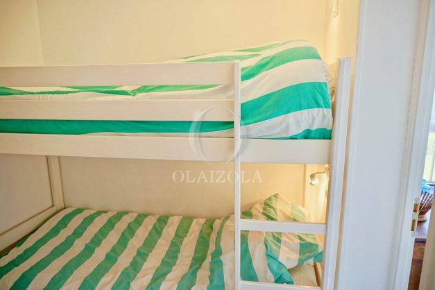 location-vacances-saint-jean-de-luz-appartement-vue-mer-sur-la-baie-sainte-barbe-terrasse-dernier-etage-parking-plage-a-pied-flot-bleu-029