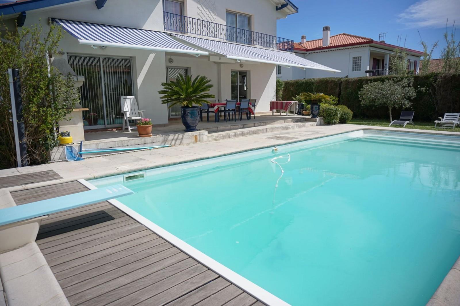 Spacieuse villa biarrote agence olaizola location for Piscine biarritz