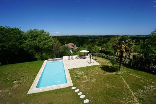 location-vacances-biarritz-ahetze-villa-luxe-piscine-chauffée-4-chambres-terrasse-couverte-jardin-01