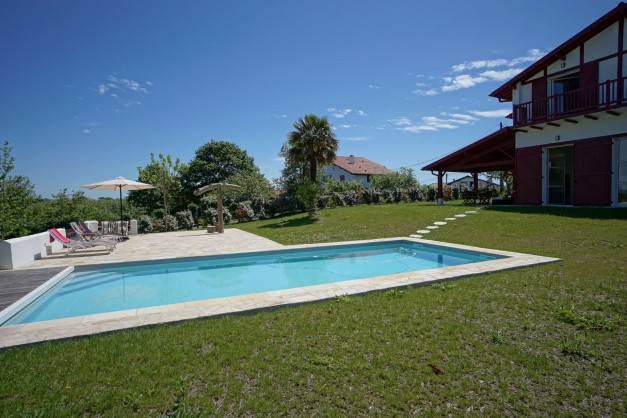 location-vacances-biarritz-ahetze-villa-luxe-piscine-chauffée-4-chambres-terrasse-couverte-jardin-05