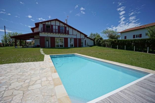 location-vacances-biarritz-ahetze-villa-luxe-piscine-chauffée-4-chambres-terrasse-couverte-jardin-06