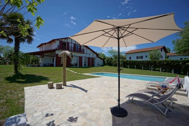 location-vacances-biarritz-ahetze-villa-luxe-piscine-chauffée-4-chambres-terrasse-couverte-jardin-07