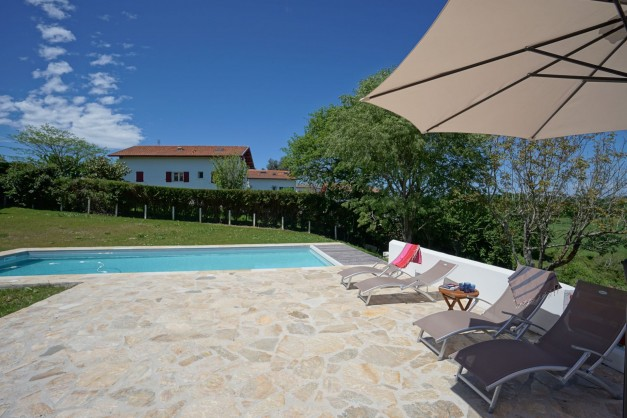 location-vacances-biarritz-ahetze-villa-luxe-piscine-chauffée-4-chambres-terrasse-couverte-jardin-08
