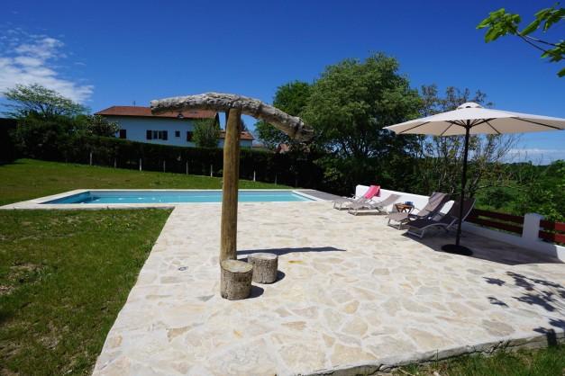 location-vacances-biarritz-ahetze-villa-luxe-piscine-chauffée-4-chambres-terrasse-couverte-jardin-09
