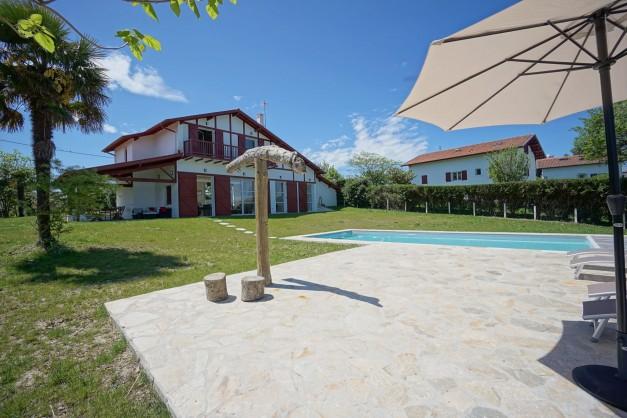 location-vacances-biarritz-ahetze-villa-luxe-piscine-chauffée-4-chambres-terrasse-couverte-jardin-11