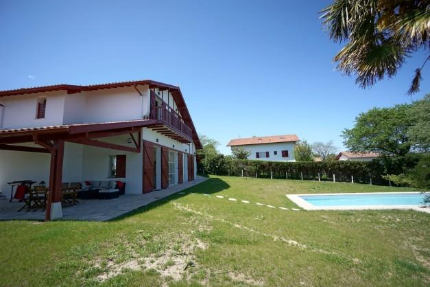 location-vacances-biarritz-ahetze-villa-luxe-piscine-chauffée-4-chambres-terrasse-couverte-jardin-13