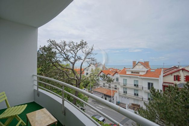 location-vacances-biarritz-appartement-vue-mer-terrasse-parking-2-chambres-centre-ville-plage-a-pied-002