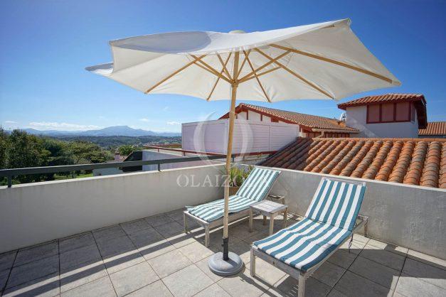 location-vacances-bidart-appartement-vue-montagne-grande-terrasse-proche-plage-parking-2-chambres-plein-sud-001