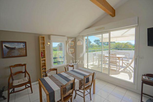 location-vacances-bidart-appartement-vue-montagne-grande-terrasse-proche-plage-parking-2-chambres-plein-sud-010