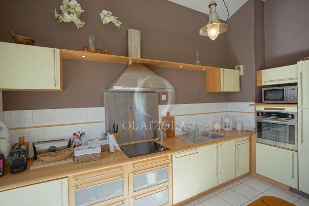 location-vacances-bidart-appartement-vue-montagne-grande-terrasse-proche-plage-parking-2-chambres-plein-sud-018