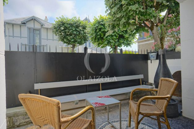 location-vacance-biarritz-centre-ville-renove-balcon-terrasse-plage-a-pied-jardin-public-ensoleillee-001