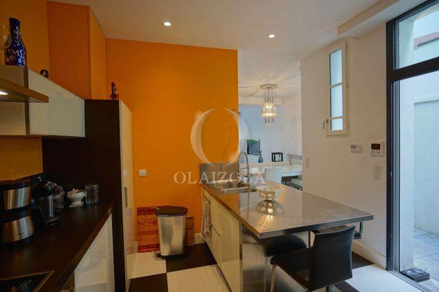 location-vacance-biarritz-centre-ville-renove-balcon-terrasse-plage-a-pied-jardin-public-ensoleillee-011