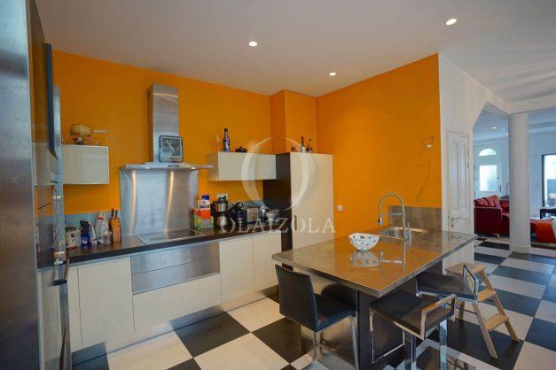 location-vacance-biarritz-centre-ville-renove-balcon-terrasse-plage-a-pied-jardin-public-ensoleillee-012