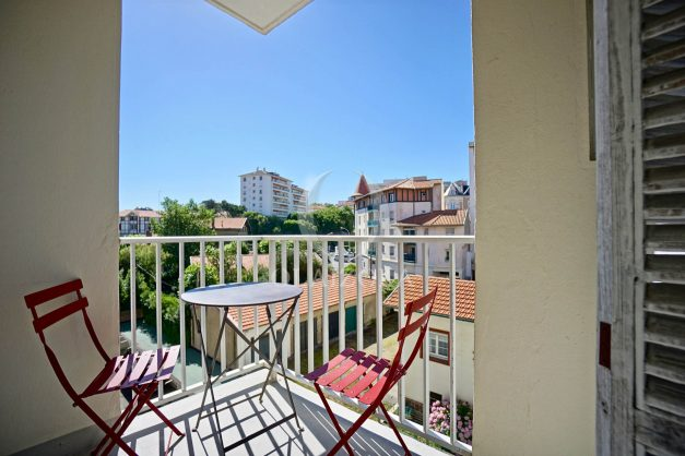 location-vacances-biarritz-appartement-centre-ville-grande-plage-a-pied-balcon-terrasse-ensoleillee-2021-015