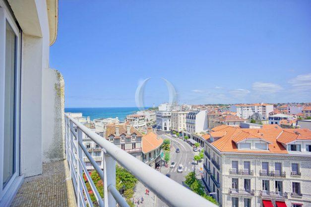 location-vacances-biarritz-appartement-renove-6eme-vue-mer-traversant-centre-ville-tout-a-pied-balcon-001