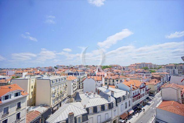 location-vacances-biarritz-appartement-renove-6eme-vue-mer-traversant-centre-ville-tout-a-pied-balcon-004