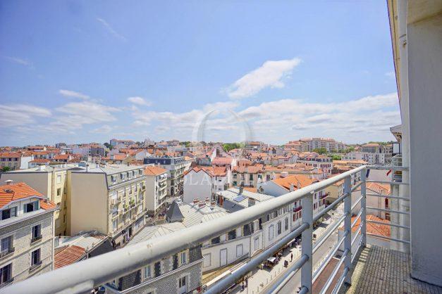 location-vacances-biarritz-appartement-renove-6eme-vue-mer-traversant-centre-ville-tout-a-pied-balcon-006