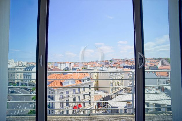 location-vacances-biarritz-appartement-renove-6eme-vue-mer-traversant-centre-ville-tout-a-pied-balcon-007