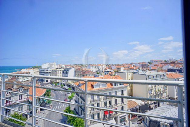 location-vacances-biarritz-appartement-renove-6eme-vue-mer-traversant-centre-ville-tout-a-pied-balcon-008