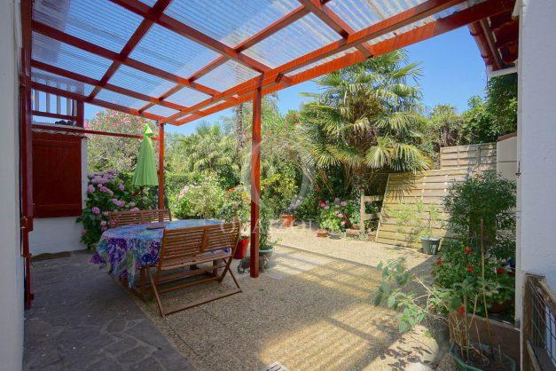 location-vacances-biarritz-ascain-appartement-3-pièces-terrasse-couverte-ensoleillee-001