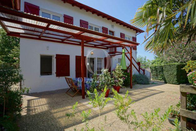 location-vacances-biarritz-ascain-appartement-3-pièces-terrasse-couverte-ensoleillee-002