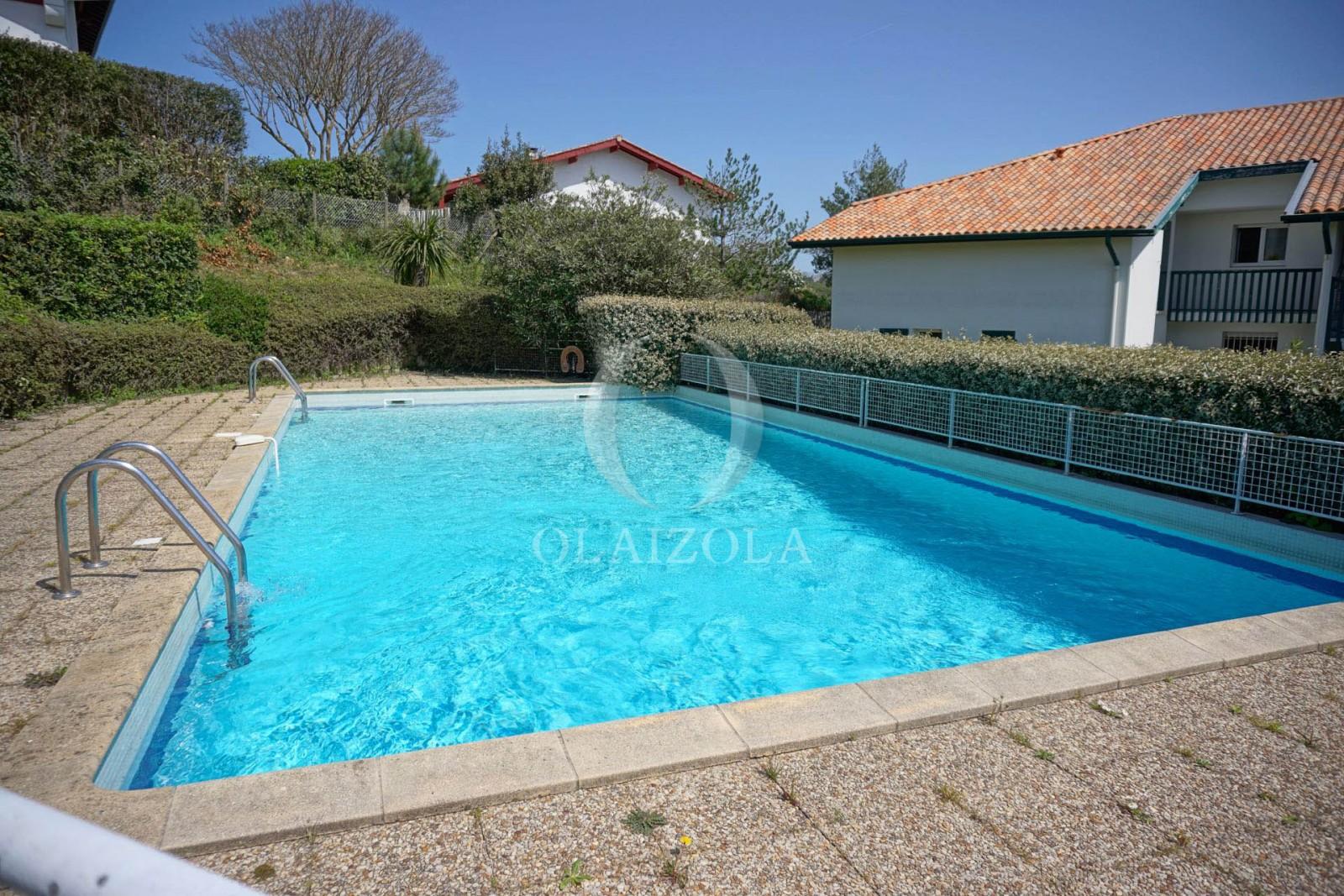 Centre village avec piscine collective agence olaizola for Piscine collective