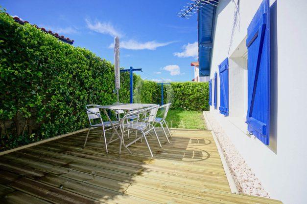 location-vacances-bidart-T2-terrasse-jardin-plages-a-pied-ensoleillee-001