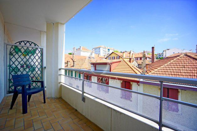 location-vacances-biarritz-studio-centre-ville-garage-parking-terrasse-plage-a-pied-bon-air-agence-olaizola-001