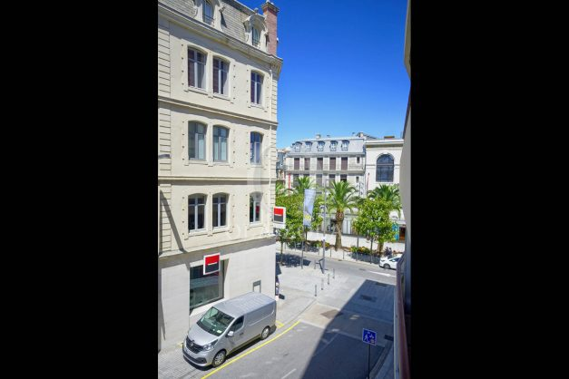 location-vacances-biarritz-coeur-ville-parking-plage-a-pied-place-clemenceau-balcon-005