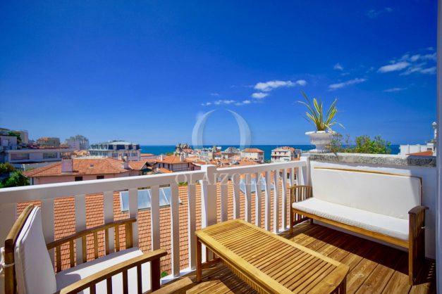 location-vacances-biarritz-plein-coeur-des-halles-vue-mer-terrasse-plage-a-pied-commerces-001