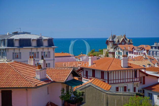 location-vacances-biarritz-plein-coeur-des-halles-vue-mer-terrasse-plage-a-pied-commerces-002