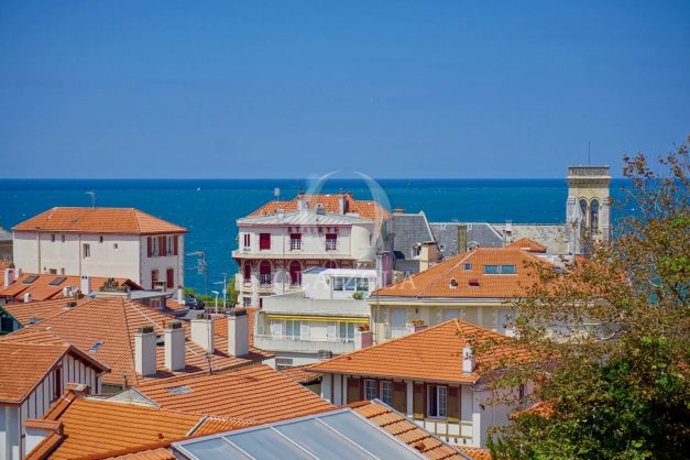 location-vacances-biarritz-plein-coeur-des-halles-vue-mer-terrasse-plage-a-pied-commerces-003