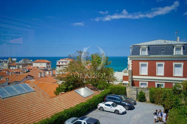 location-vacances-biarritz-plein-coeur-des-halles-vue-mer-terrasse-plage-a-pied-commerces-004