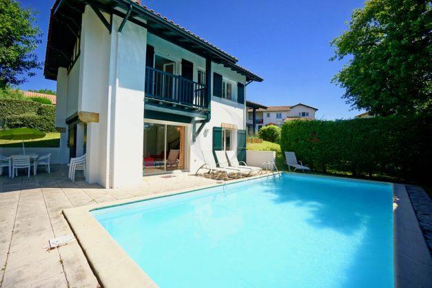 location-vacances-cote-basque-golf-villa-piscine-terrasse-makila-jardin-proche-plages-et-campagne-2021-1