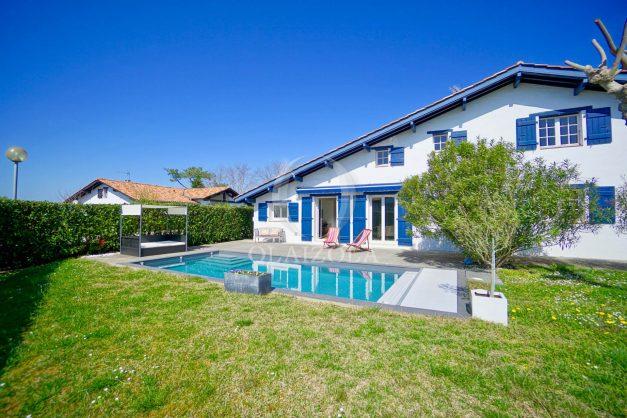 location-vacances-bidart-olaizola-maison-piscine-jardin-4-chambres- 8 personnes-centre-ville-plages-garage-004