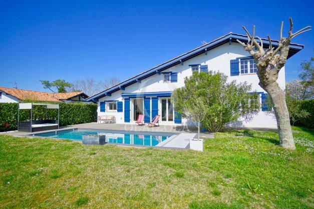 location-vacances-bidart-olaizola-maison-piscine-jardin-4-chambres- 8 personnes-centre-ville-plages-garage-005