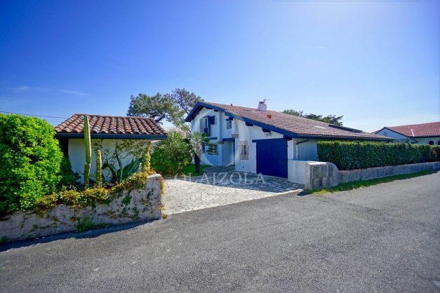 location-vacances-bidart-olaizola-maison-piscine-jardin-4-chambres- 8 personnes-centre-ville-plages-garage-014
